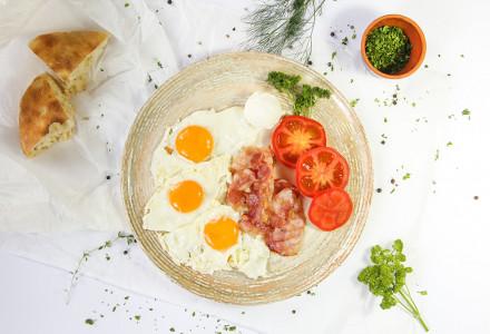 Pržena jaja sa mladim sirom i paradajzom